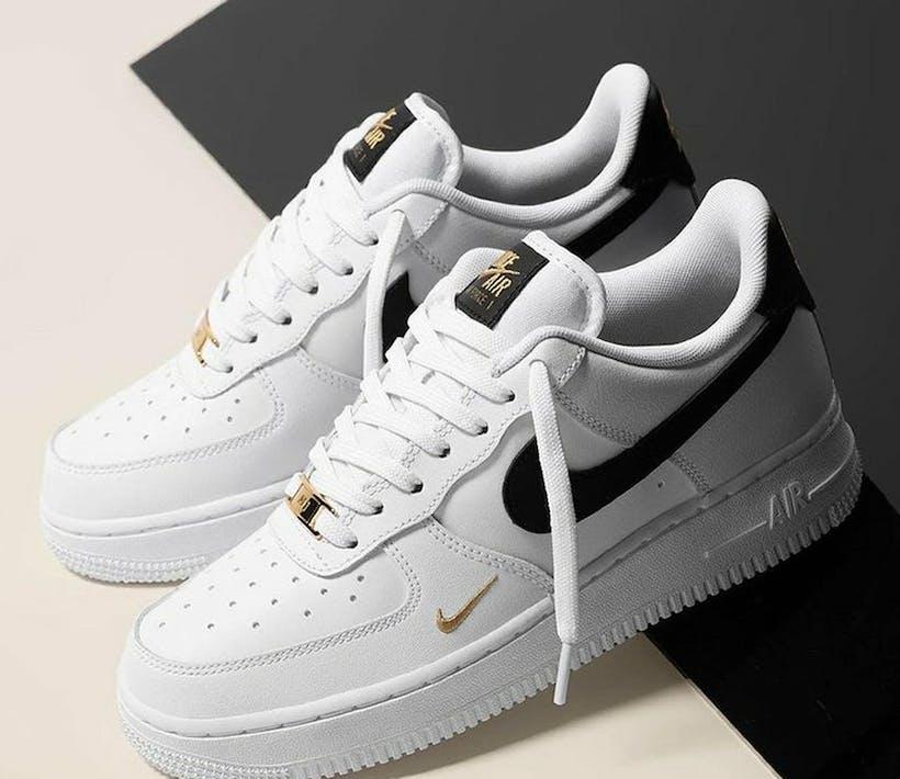 Check de Nike Air Force 1 '07 Essential 'Gold Mini Swoosh'